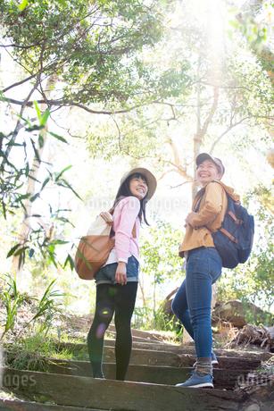 森の中をハイキングしている女性2人の写真素材 [FYI02664469]