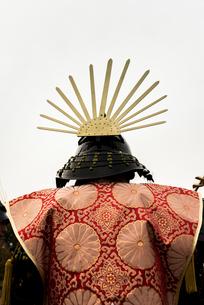 戦国イベントの兜と衣装の後ろ姿の写真素材 [FYI02664479]