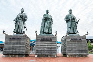 JR高知駅前に建つ土佐三志士像の写真素材 [FYI02664492]