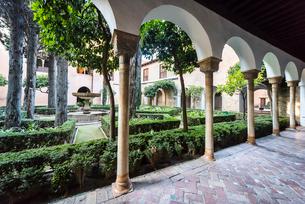 柱廊から見るリンダラハの中庭の写真素材 [FYI02664497]