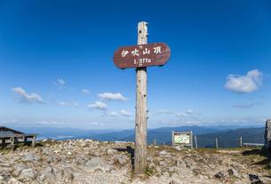雲靡く青空のもとに立つ伊吹山山頂の表示板の写真素材 [FYI02664510]