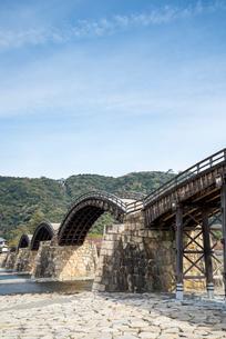 山の上の岩国城を遠くに見る錦帯橋の写真素材 [FYI02664522]