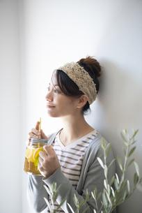 アイスティーを持っている女性の写真素材 [FYI02664523]