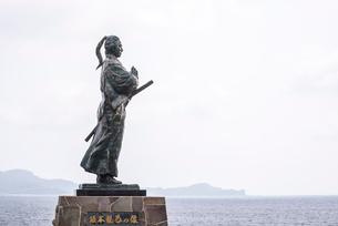 海に向かって手を合わせる坂本龍馬の像の写真素材 [FYI02664529]