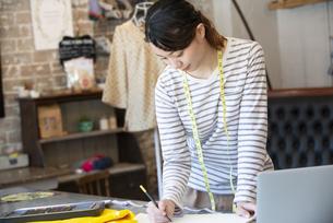 仕事をしているファッションデザイナーの女性の写真素材 [FYI02664537]