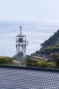 江袋教会の鐘楼越しに東シナ海を望むの写真素材 [FYI02664538]
