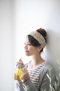 アイスティーを持っている女性の写真素材 [FYI02664539]