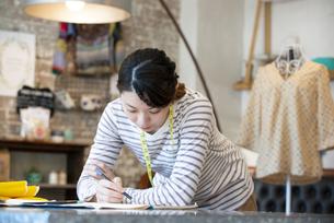 仕事をしているファッションデザイナーの女性の写真素材 [FYI02664541]