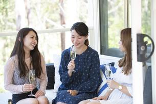 ホームパーティを笑顔で楽しんでいる女性3人の写真素材 [FYI02664547]
