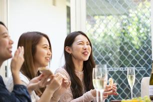 ホームパーティをしている女性たちの写真素材 [FYI02664553]