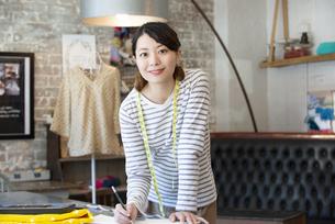 仕事をしているファッションデザイナーの女性の写真素材 [FYI02664556]