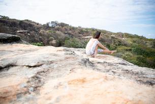 自然の中でヨガをしている女性の写真素材 [FYI02664569]