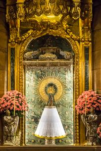 ピラール聖母教会聖母の礼拝堂の木彫りの聖母像の写真素材 [FYI02664575]