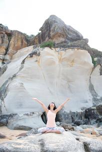 ビーチでヨガをしている女性の写真素材 [FYI02664582]