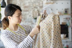 仕事をしているファッションデザイナーの女性の写真素材 [FYI02664587]