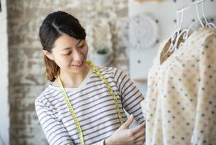仕事をしているファッションデザイナーの女性の写真素材 [FYI02664590]