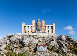 伊吹山山頂のヤマトタケルの石像の写真素材 [FYI02664600]