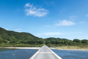四万十川の沈下橋の真っすぐな路面の写真素材 [FYI02664602]