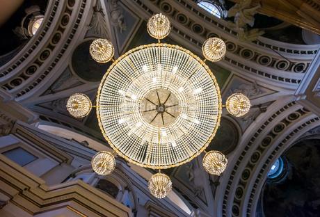 ピラール聖母教会内に吊り下げられた豪華なシャンデリアを真下より見るの写真素材 [FYI02664604]