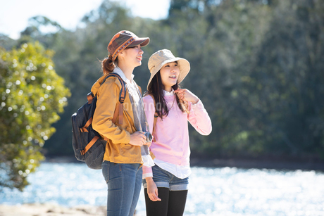 川辺に立っている女性2人の写真素材 [FYI02664610]