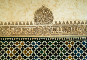 アルハンブラ宮殿内部の絵タイルと文字装飾の腰壁の写真素材 [FYI02664613]