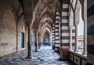 アマルフィ大聖堂アーチの回廊の写真素材 [FYI02664626]