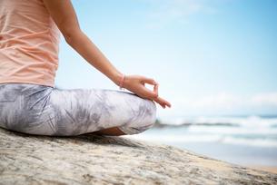 ビーチで瞑想をしている女性の手元の写真素材 [FYI02664629]