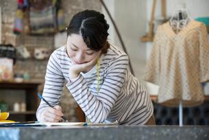 仕事をしているファッションデザイナーの女性の写真素材 [FYI02664640]