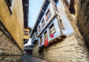 ジュマルクズックの石畳路地のある伝統的古い町並みの写真素材 [FYI02664644]