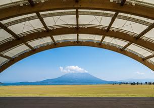 アーチ越しに見る雲かかる桜島の写真素材 [FYI02664662]