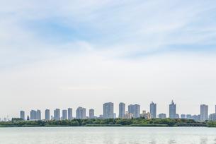 蠡湖沿いに連立する高層マンションを見る風景の写真素材 [FYI02664666]