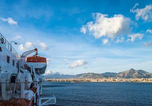 フェリー越しにシチリア島山並みとパレルモの市街地を望むの写真素材 [FYI02664668]