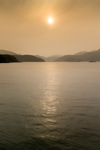 夕日と五島列島の山並みを見る風景の写真素材 [FYI02664672]