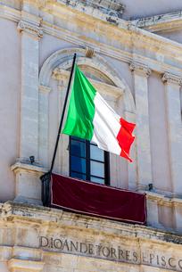 風に靡くイタリアの国旗の写真素材 [FYI02664677]