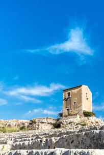 ギリシャ劇場階段状客席の上に小さな建物を見る風景の写真素材 [FYI02664694]