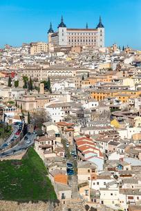アルカサルを正面にトレド旧市街を望むの写真素材 [FYI02664699]