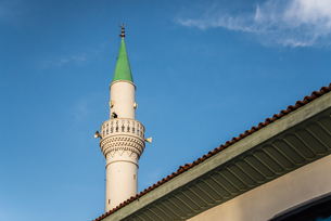 青空に聳え立つ先端が緑色のミナレットの写真素材 [FYI02664701]