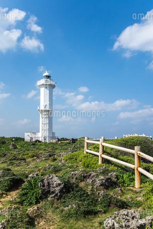 雲ある青空に聳え建つ平安名埼灯台の写真素材 [FYI02664703]