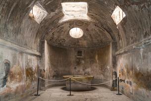 ポンペイ遺跡公衆浴場内部風景の写真素材 [FYI02664708]