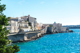 要塞と灯台を見るオルティージャ島海辺の街並みの写真素材 [FYI02664710]