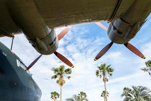海上自衛隊鹿屋航空基地屋外展示機のプロペラを見上げるの写真素材 [FYI02664713]