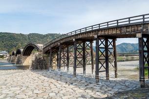 山の上の岩国城を遠くに見る錦帯橋の写真素材 [FYI02664716]