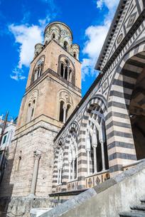 アマルフィ大聖堂ストライプマーブル模様のアーチ回廊越しに鐘楼を見上げるの写真素材 [FYI02664720]