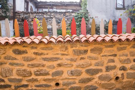 伝統様式家屋を背景に見る色鮮やかな塀の写真素材 [FYI02664723]