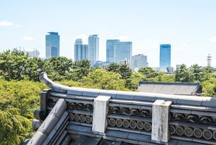 名古屋城西南隅櫓屋根瓦越しに名駅高層ビル群を望むの写真素材 [FYI02664726]