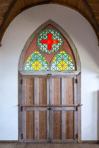 旧五輪教会堂入口扉の鮮やかなステンドグラスの写真素材 [FYI02664733]