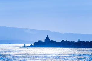 港を囲む半島と山並みのシルエットを見る風景の写真素材 [FYI02664737]