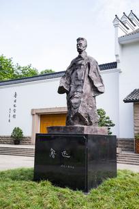 魯迅記念館前の魯迅像の写真素材 [FYI02664740]