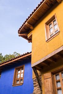 ジュマルクズックの青色と黄色の伝統様式家屋の写真素材 [FYI02664743]