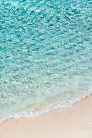 ビーチ海面に見る光の波紋の写真素材 [FYI02664758]